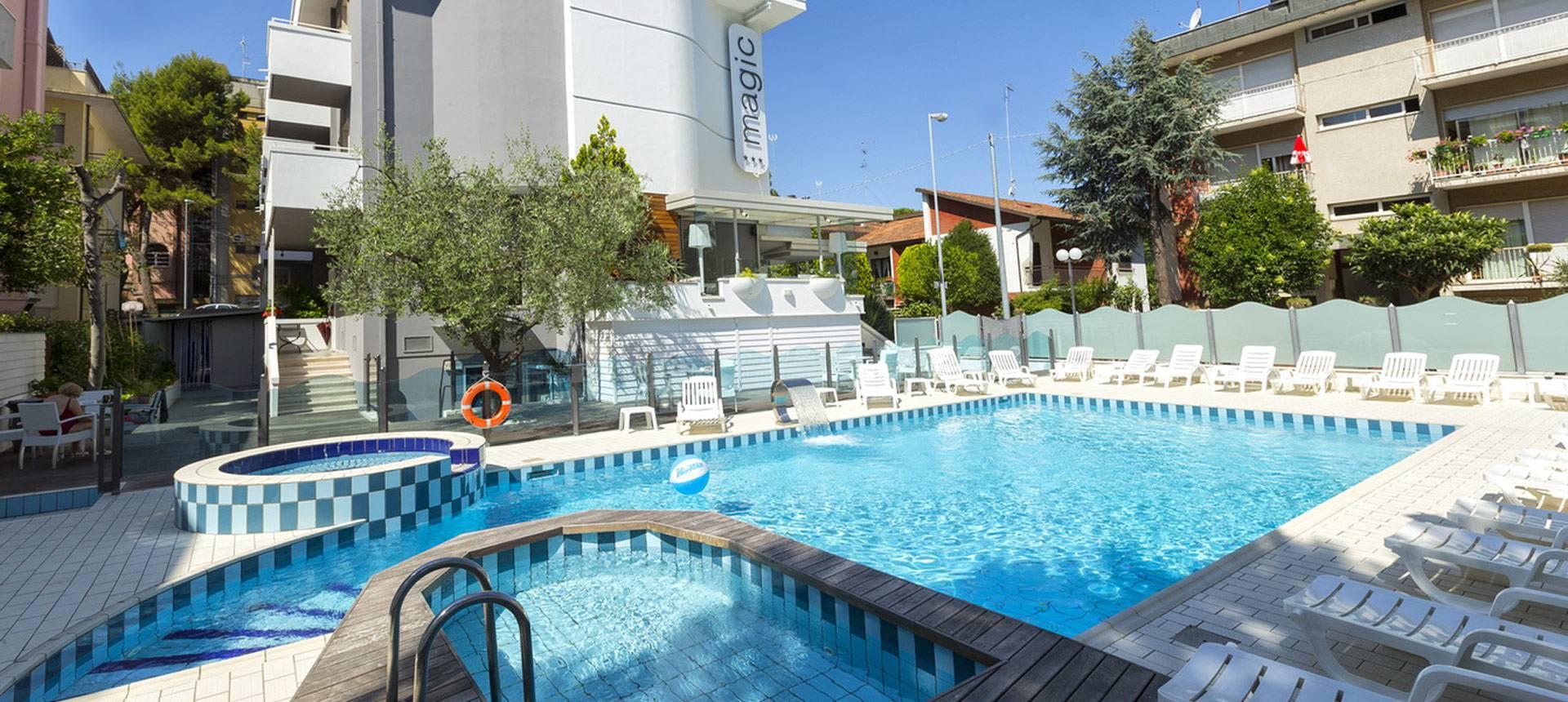 Hotel con piscina in centro riccione albergo benessere con idromassaggio - Albergo con piscina in camera ...