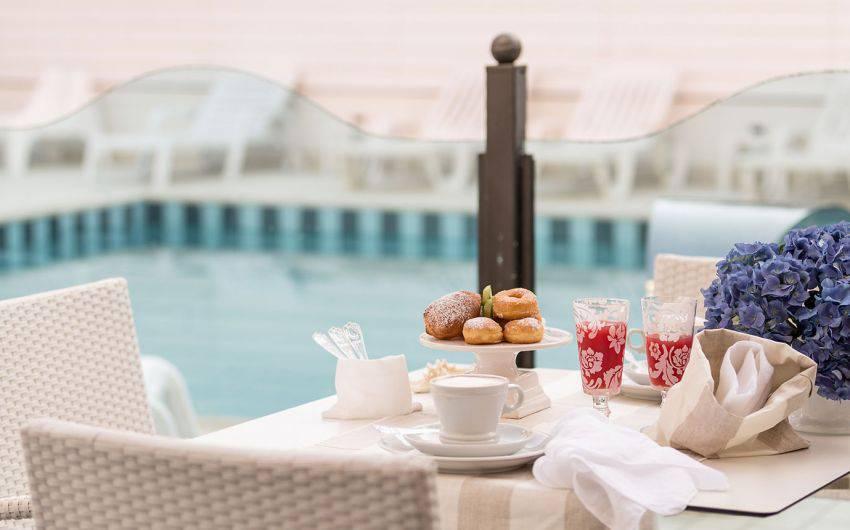Colazione Hotel Magic Riccione bordo piscina